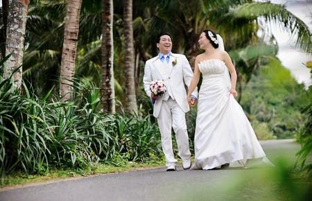 Hằng cười dạng rỡ và hạnh phức trong ngày cưới