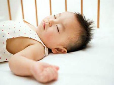Khi ngủ trẻ em rất hay bị chứng ra mồ hôi trộm.
