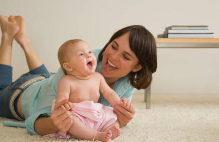 Khả năng giao tiếp phi ngôn ngữ ở bé 0 - 1 tuổi sẽ giúp mẹ hiểu được về bé, về những điều bé cần
