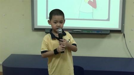 Tật hay ngắt quãng khi nói của trẻ gây khó khăn cho việc rèn luyện kỹ năng thuyết trình sau này