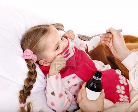 Có nhiều bé nhất định không chịu uống thuốc nên mẹ rất vất vả
