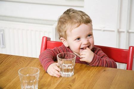 Trẻ em cần phải uống khoảng 50-60ml cho mỗi kg trọng lượng cơ thể.