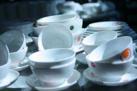Muốn chọn được bát đĩa sứ tốt khi mua bạn có thể kiểm tra bằng cách: dùng ngón tay gõ vào đồ sứ.