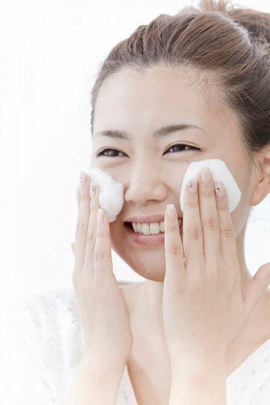 Khi làm sạch da, hãy nhớ massage với động tác xoay tròn để kích hoạt tế bào.
