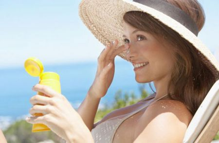 Với kem chống nắng dành cho người đi biển, nên chọn loại kem chống phổ rộng tức chống cả UVA và UVB.