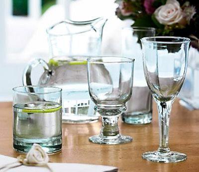 Đồ thủy tinh đựng rượu như chai, chén có thể dùng giấy cũ thấm rượu trước khi dùng nước rửa.