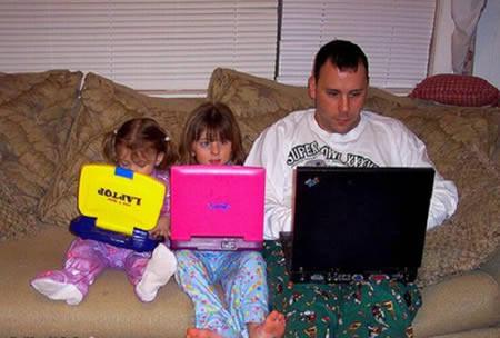 Tất cả mọi người trong nhà đều tập trung vào cái laptop