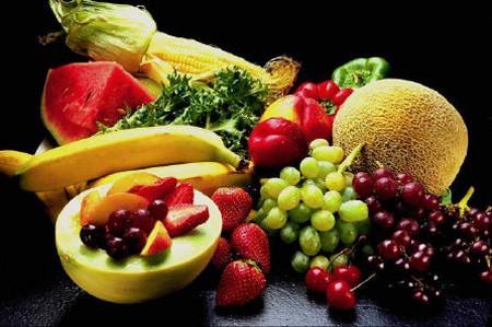 Cho bé ăn nhiều hoa quả để tránh rôm sảy