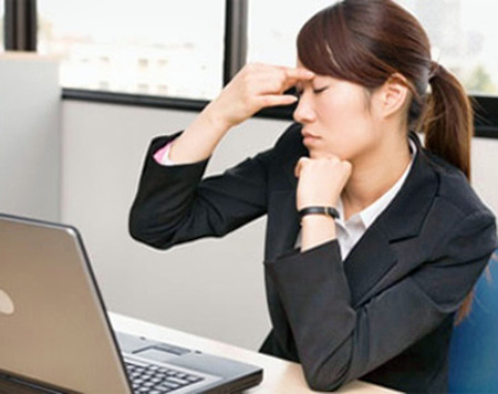 Ngồi máy tính hàng giờ gây ra nhiều căn bệnh cho dân văn phòng.