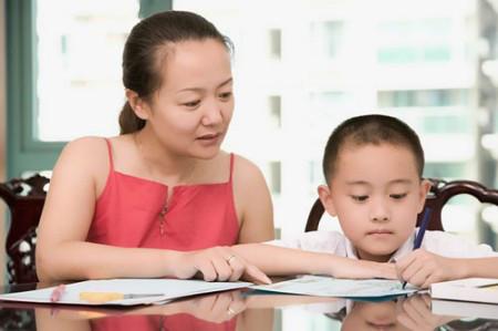 Bệnh thành tích của bố mẹ sẽ dẫn đến gánh nặng điểm số của con