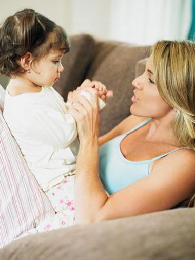 Khi con bạn có những dấu hiệu chậm nói, hãy dành nhiều thời gian để nói chuyện với bé, thậm chí ngay cả trong giai đoạn bé còn được ẵm ngửa.