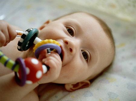 Khi sắp hoặc đang mọc răng, nhiều bé có thể gặp một số khó chịu nhưng có những bé lại có thể không gặp bất cứ triệu chứng nào mặc dù mọi người thường cho rằng sốt đi cùng với mọc răng nhưng không phải như vậy.