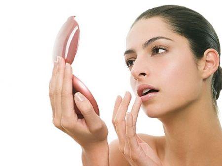 Bột hạnh nhân không những làm mềm môi mà còn làm màu môi của bạn thêm tươi tắn và rạng rỡ.