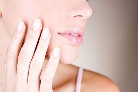 Da môi chúng ta có rất ít sắc tố melamine nên ít được bảo vệ khỏi ánh nắng mặt trời.