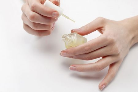 Khi vàng móng, điều tất nhiên là bạn nên tránh xa tác nhân gây nên hiện tương này – sơn móng tay.