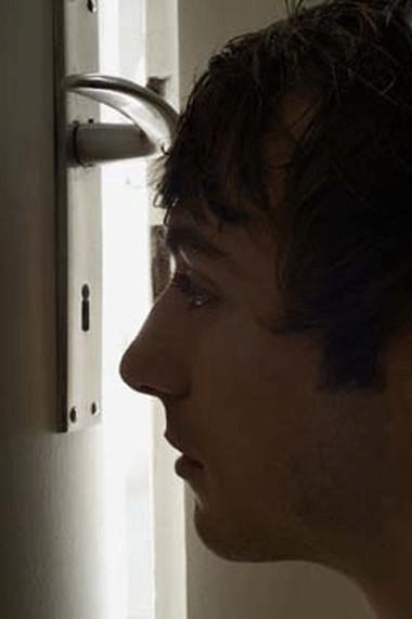 Gã chồng biến thái đang nhòm qua khe cửa nhà tắm