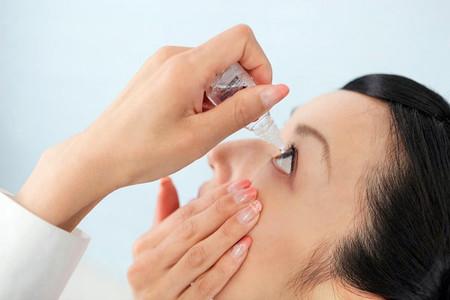 Tự tra thuốc mắt có thể gây ra các ảnh hưởng tiêu cực đến mắt của bạn