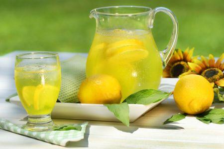 Nước chanh được xem là một biện pháp điều trị tự nhiên tốt nhất cho làn da mụn trứng cá.