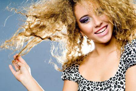 Để giữ dáng cho tóc, bạn cần cắt đuôi tóc thường xuyên.