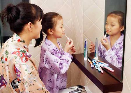 Những món đồ như son phấn, sơn móng tay, keo xịt tóc… nên để ngoài tầm tay trẻ.