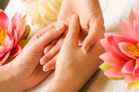 Rửa tay bằng xà phòng hoặc nước rửa tay có tác dụng dưỡng ẩm.