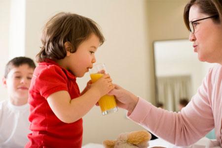 Mẹ nên chọn những loại nước giải khát mang tính bổ dưỡng và an toàn cho sức khỏe của trẻ