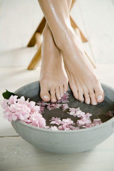 Hãy cắt móng chân thường xuyên nhưng chú ý đừng cắt sát quá nếu không vùng đầu móng sẽ trở nên nhạy cảm và dễ bị nhiễm trùng.