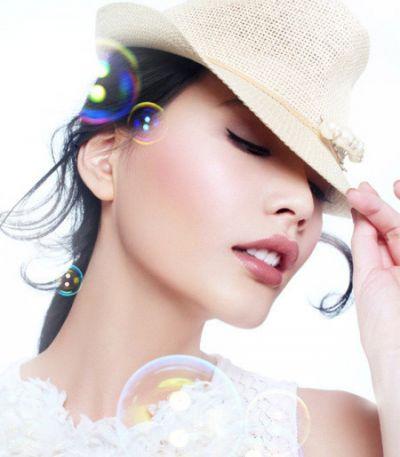 Kẻ viền môi trước khi đánh son không chỉ giữ màu son được lâu mà còn khiến đôi môi của bạn trông đầy đặn và căng mọng hơn.