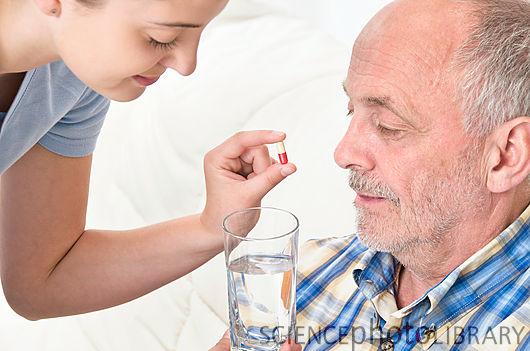 Cần kiểm tra thông tin thuốc để xem thuốc có thích hợp cho việc bẻ ra để uống hay không