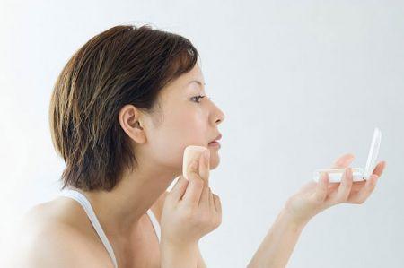 Thoa lên mặt loại phấn dành cho da dầu sẽ có tác dụng rất lớn trong việc ngăn ngừa độ bóng của lượng dầu tiết ra.