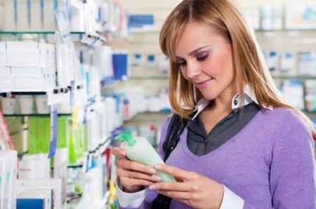 Khi thử mỹ phẩm, nên thử một ít mỹ phẩm trước khi bôi nó lên mặt hay cơ thể.