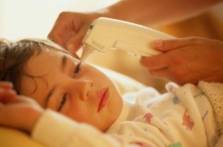 Thấy trẻ sốt 1-2 ngày, đau đầu, kèm theo nôn thì cha mẹ nên nghĩ đến bệnh viêm não.