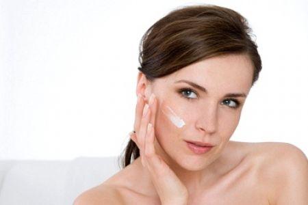 Bất kể bạn ở độ tuổi nào thì hãy luôn nhớ sử dụng kem chống nắng thường xuyên để bảo vệ da.