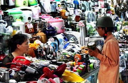 Hàng gia dụng giá rẻ được bán nhiều trên thị trường.