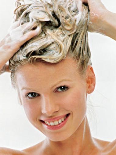 Gội đầu đúng cách để bảo vệ da đầu.