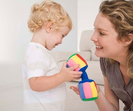 Ngay khi bé tập nói, mẹ phải rất cẩn thận để hỏi - đáp với bé.