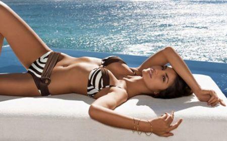 Bạn nên xông hơi và tẩy da chết để loại bỏ hoàn toàn các tế bào chết trước khi tắm nắng.