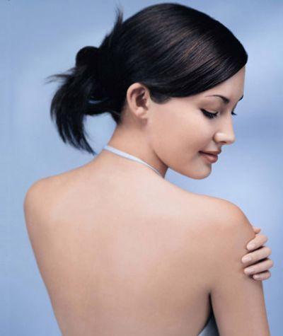 Bạn nên dùng bông tắm kỳ cọ và chà xát nhẹ nhàng để đánh bay lớp bụi bẩn và da chết ở vùng lưng.