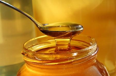 Để an toàn, không nên cho trẻ uống mật ong khi còn quá nhỏ