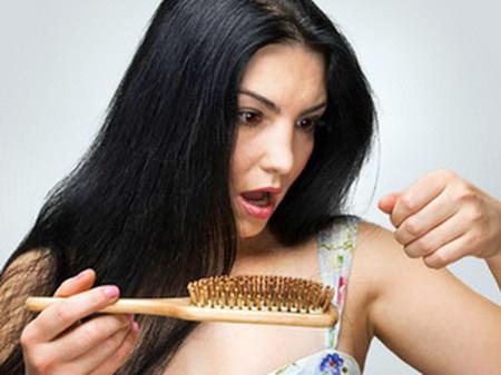 Rụng tóc là một vấn đề đau đầu với tất cả mọi người.