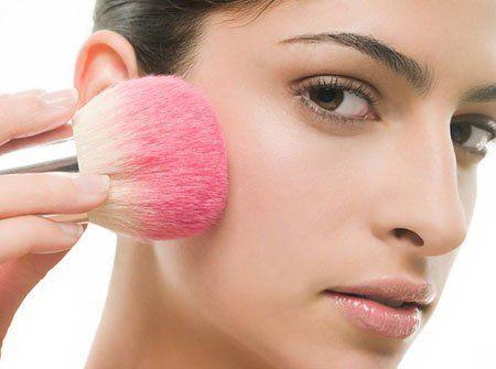 Nên thường xuyên thay đổi hoặc giặt tẩy sạch bông phấn, cọ.
