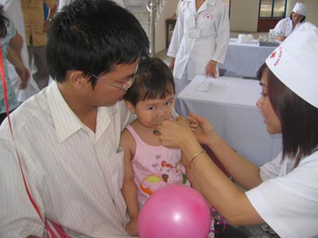 Trẻ được uống vitamin A liều cao trong ngày vi chất dinh dưỡng.