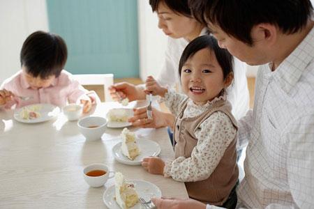 Trẻ nhỏ nên ăn uống điều độ.