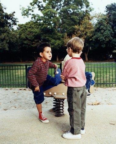 Trẻ chơi với nhau rồi đánh nhau khiến nhiều phụ huynh lo ngại