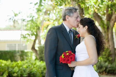 Ngày cưới cô vô cùng hạnh phúc bên anh chồng hơn cô đến 15 tuổi.