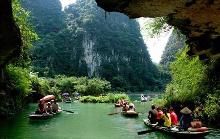 Du khách ở khu du lịch Tràng An - Ninh Bình