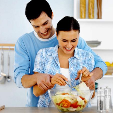 Anh là người chồng rất quan tâm và tình cảm với vợ.