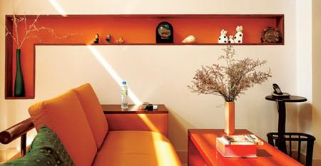 Chiếc đồng hồ treo tường, chiếc kệ nhỏ đặt điện thoại ở góc tường giúp cho không gian đỡ trống trải.