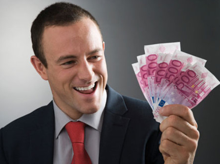 Những đồng tiền này anh sẽ giấu vợ để dành cho cá độ bóng đá.