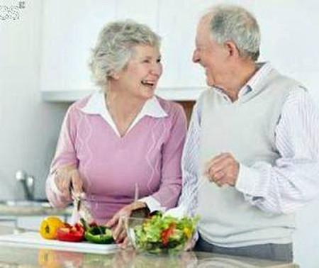 Người già cần có cách sống hợp lý, ăn uống thích hợp và điều độ.